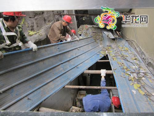 管道堵塞污水四溢臭了一条街 市政拆除违章建筑清掏得解决